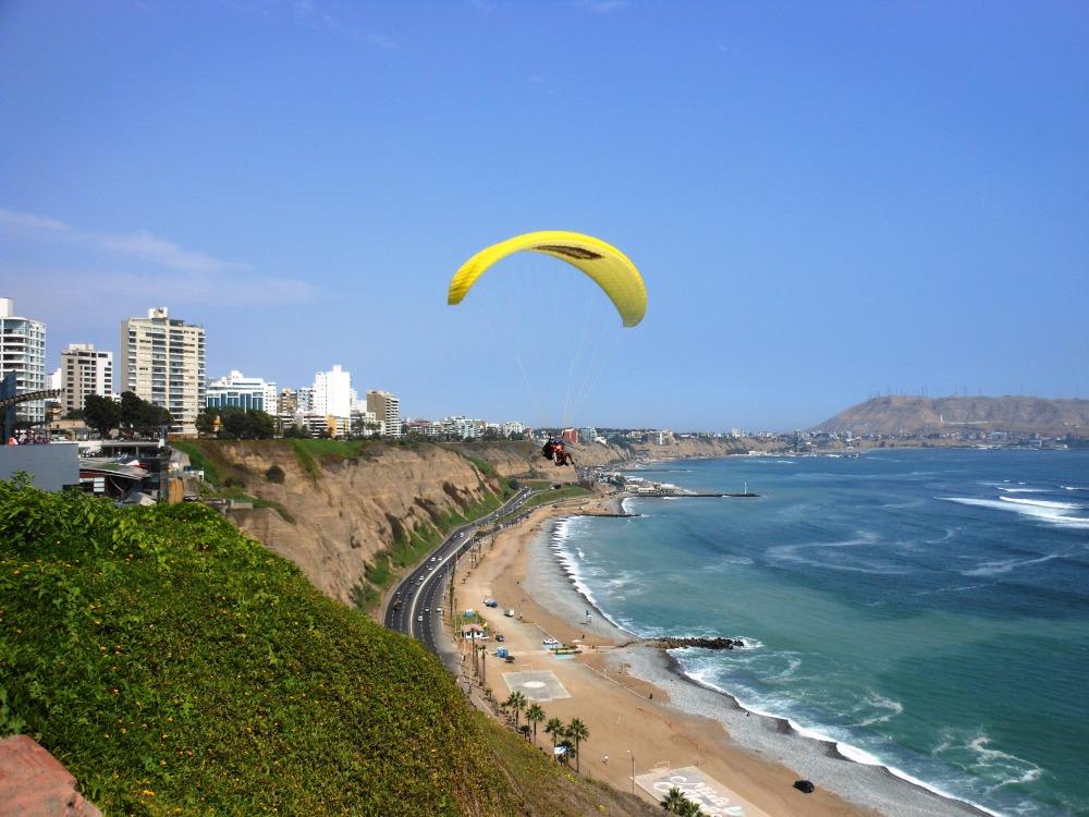 El parapente sobrevolando la Costa Verde