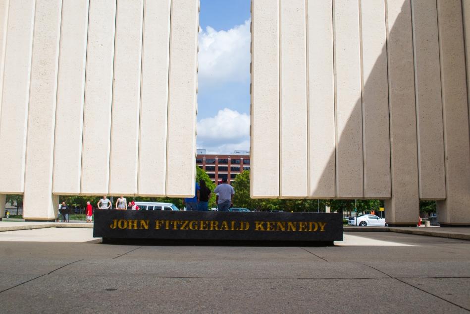 Bloque de mármol en el Memorial a JFK
