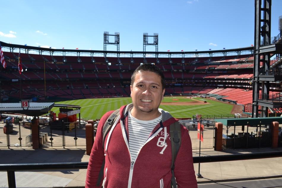Aqui estoy en uno de los balcones del Cardinals Nation. Atrás de mi se puede ver el Estadio Busch.
