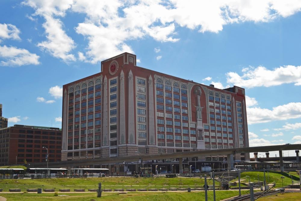 Este es el St Louis City Center Hotel y todo lo que ven en el exterior fue pintado, excepto las ventanas.