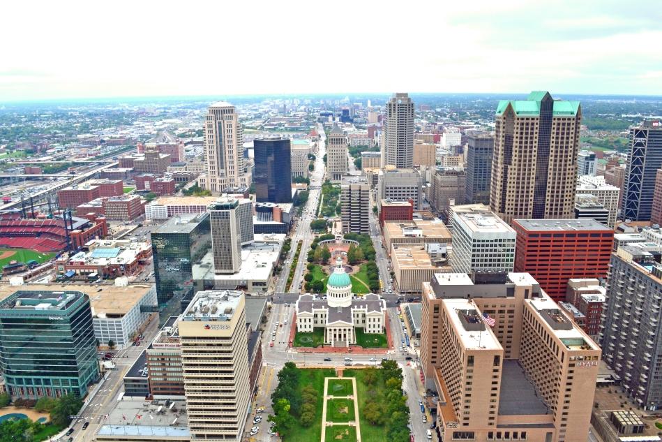 La ciudad de St. Louis desde la cima del Gateway Arch