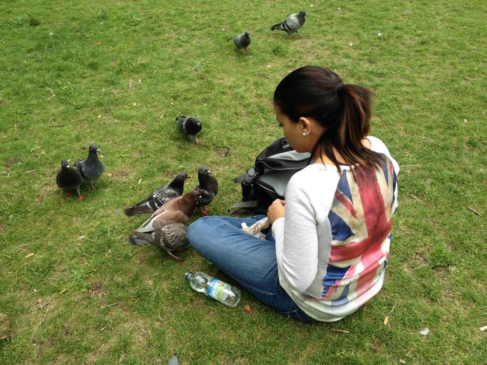 Elica alimentando las palomas en Green Park