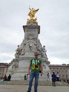 Junto al monumento a la reina Victoria