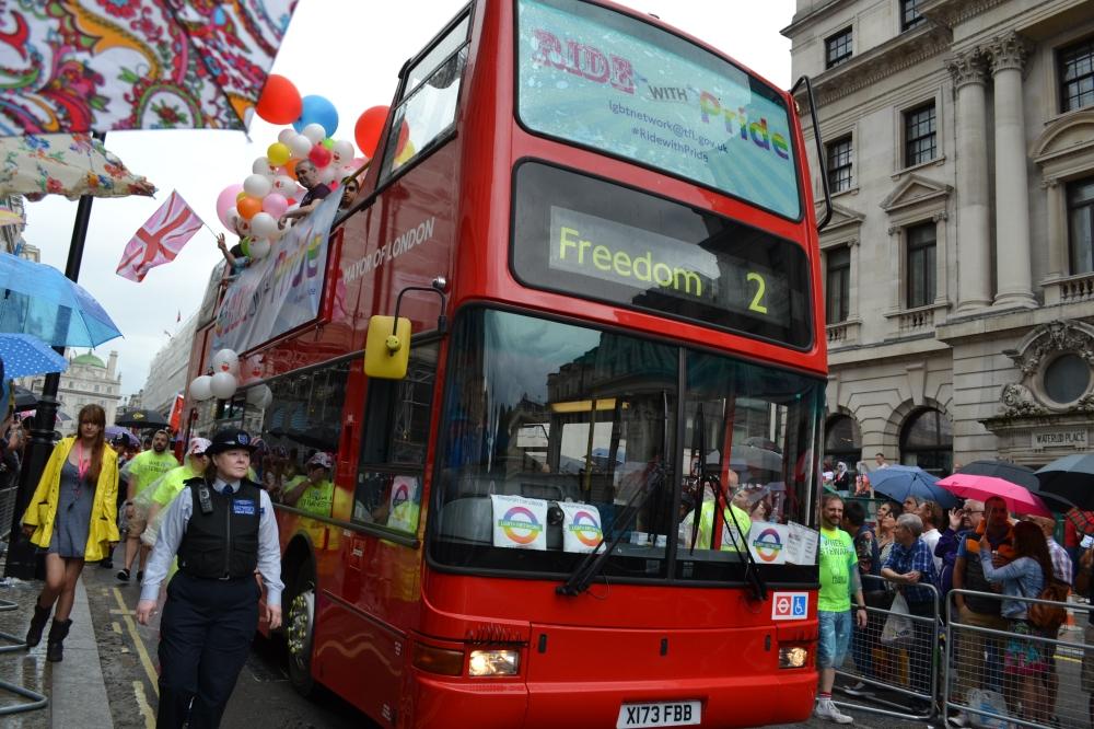Los buses de dos niveles en la parada