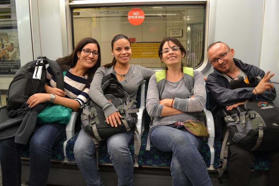 Cansados en el metro de regreso a Hammersmith