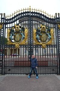 Edwin en los portones del palacio