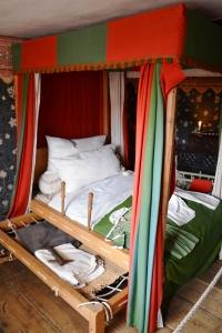 En esa camita que está adyacente a la cama grande dormía Shakespeare cuando era un bebé.