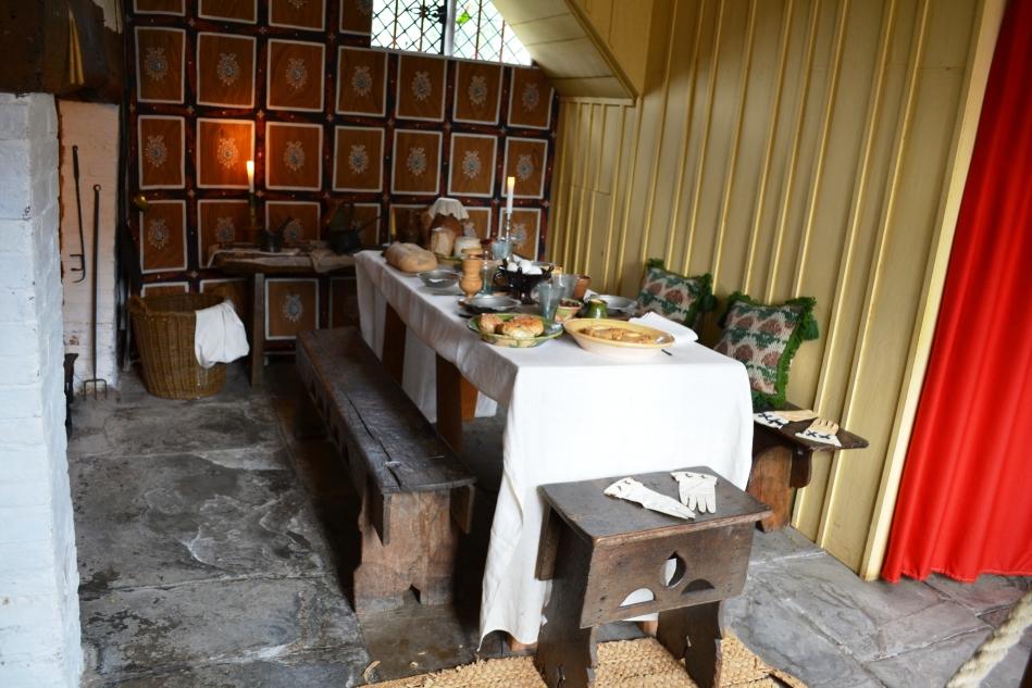 La cocina con la comida de la epoca servida