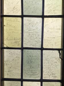 La ventana de cristal con las firnmas de alguno de los visitantes