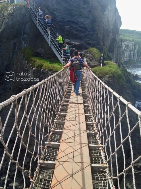 Cruzando el puente colgante Carrick-a-Rede