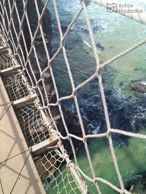 Así se ve el mar debajo del puente colgante